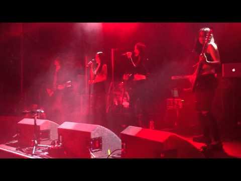 The Veronicas - Untouched live (Manchester 08-03-2015)