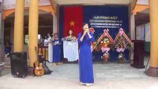 Giáo viên Nguyễn Thị Thu Ba đọc thơ tặng học sinh khối 12