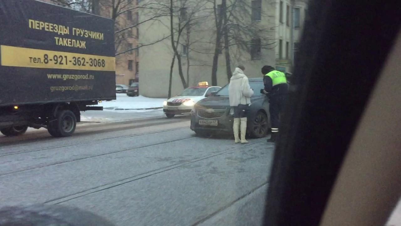 """ДТП на Большом Сампсоньевском - столкновение """"Шевроле"""" и """"Лады"""" на трамвайных путях."""
