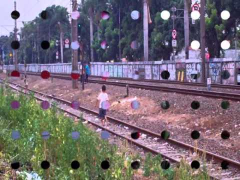Anak anak iseng di pinggir rel, nimpukin batu ke kereta, naro batu balast di atas rel.
