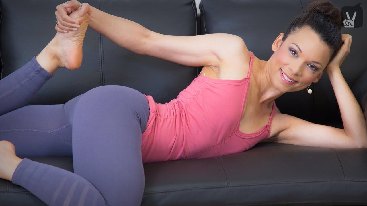 Couch Yoga Workout Der perfekte Sofa Sport