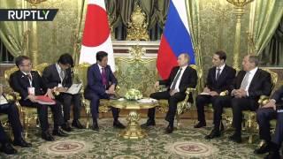 لحظة استقبال الرئيس الروسي فلاديمير لرئيس الوزراء الياباني شينزو آبي في الكرملين