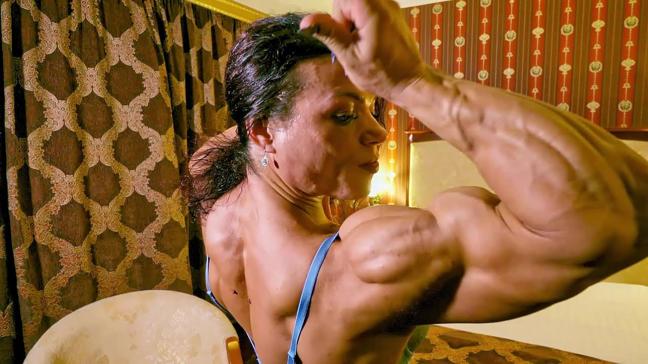 New posing and flexing video of Oana Hreapca