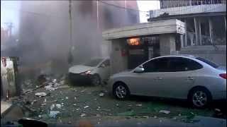 Взрыв газа в Южной Корее. Видеорегистратор(http://gfeed.ru/news/2013/07/14/moshhnyj-vzryv-gaza-v-zhilom-dome-v-yuzhnoj-koree-video/ Мощный взрыв запечатлела камера видеорегистратора ..., 2013-07-14T09:36:52.000Z)