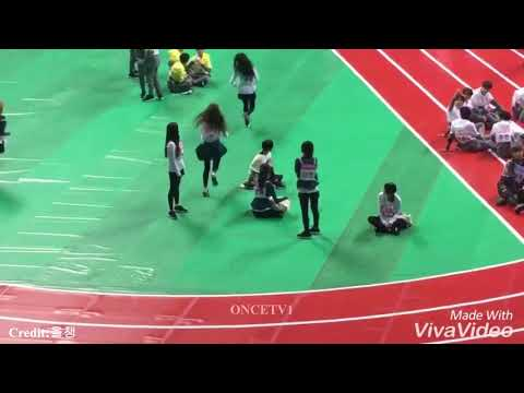TWICE Members Prank Nayeon By Stealing Her Phone 🐰 📱 😂😂 [TWICE ISAC 2018]
