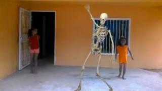 2 niñas bailando con un esqueleto viviente (2016)