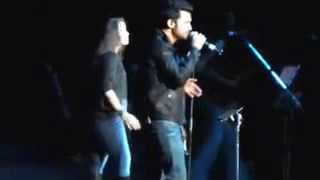 Atif Aslam and Sunidhi chauhan sing together at live concert....