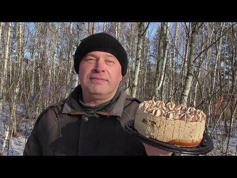 Геннадий Горин в лесу кушает торт