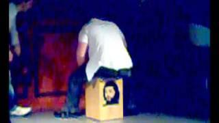 Cristian de Filiu tocando la de Samb Adagio con su cajón