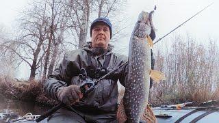 Ловля щуки на джиг. Рыбалка с лодки на реке. Попытка закрыть сезон N1(Зима подкралась незаметно... Многие пруды затянуло льдом, поэтому мы с другом приняли стратегическое решени..., 2016-11-23T07:21:35.000Z)