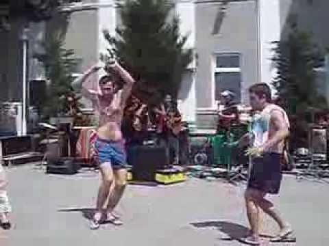 Смешной мужик танцует на отдыхе смотреть онлайн видео от
