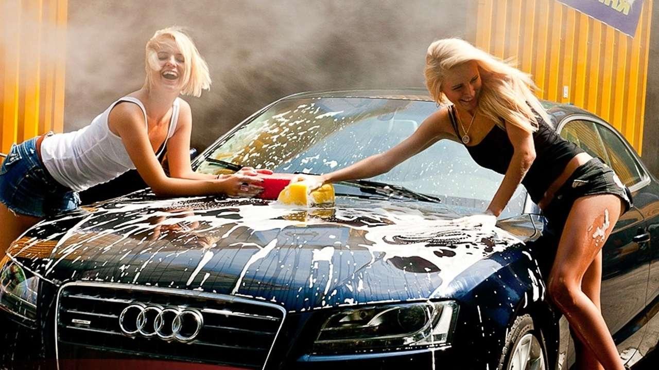 Сексуальные девушки моют машину видео