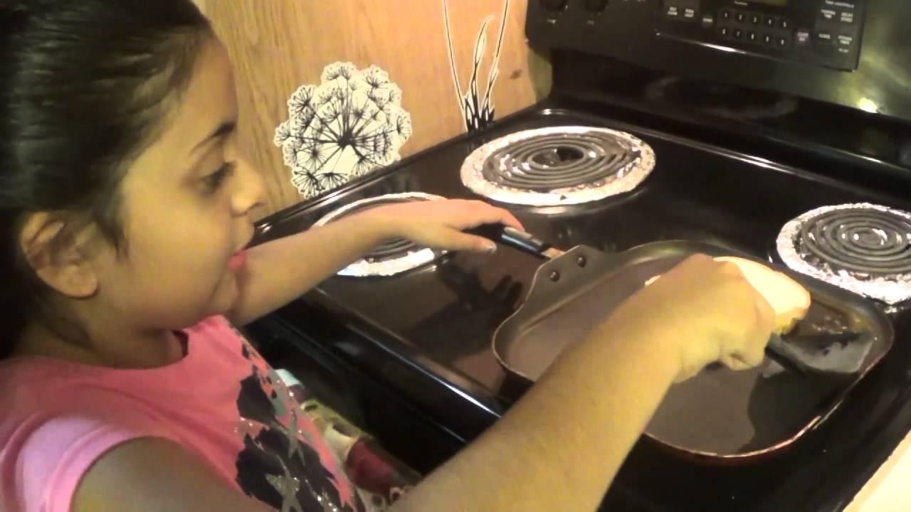 Nina cocinando sandwich dorado de queso con mantequilla - Nina cocinando ...