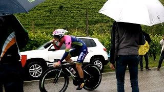Sasha Modolo prende la bottiglia di spumante al volo !!!! GIRO D'ITALIA 2015 TREVISO - VALDOBBIADENE