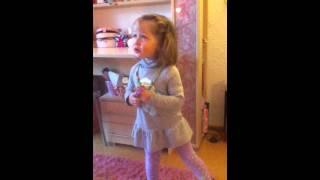 Kleines Mädchen singt Weihnachtslieder soo süß !