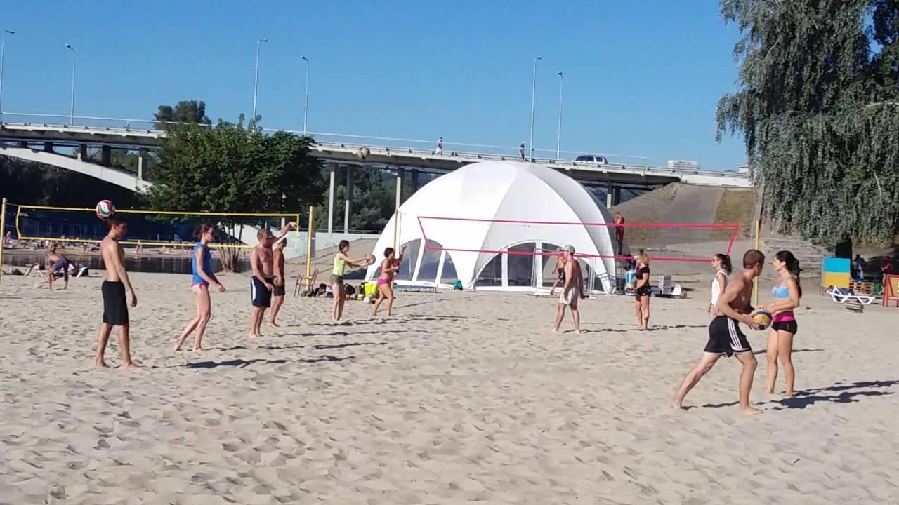 Красивая девочка учится играть в волейбол # Beautiful little girl learning to play beach volleyball#