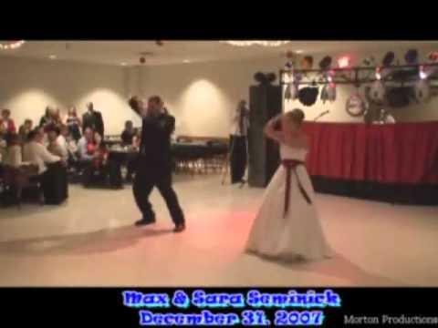 Cô dâu chú rể nhảy tưng bừng trong đám cưới