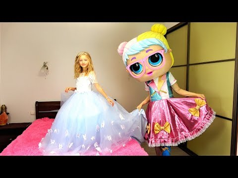 Polina is going to the princess  ball. Giant LOL doll chooses a beautiful dress.