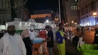 Subhanallah!!! Beginilah suasana makkah di malam hari, ada yg ikhlas bersedekah makanan dan minuman