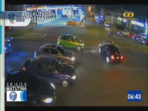 Vehículo no respetó semáforo en rojo y arrolló a un motociclista