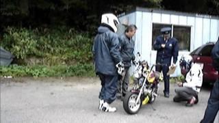 パトカーに仲間のバイクが止められました。