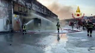 Ancona, vasto incendio nel porto: i vigili del fuoco domano le fiamme