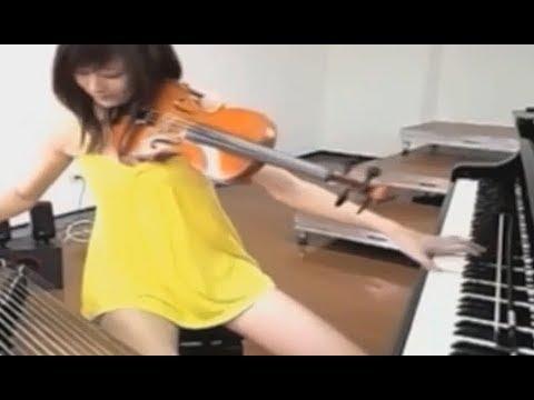 Musisi Cantik ini dapat bermain 3 Alat Musik Secara Bersamaan