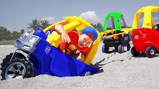 Сеня Играет в прятки с маленькими Машинками на Пляже
