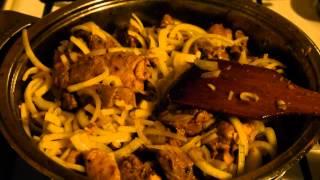 Тушеное мясо с луком и кетчупом ))
