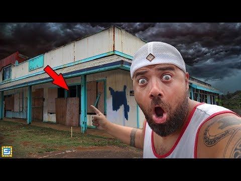 Exploring Secret Spooky Abandoned Buildings in Hawaii!! (WHAT'S INSIDE??)