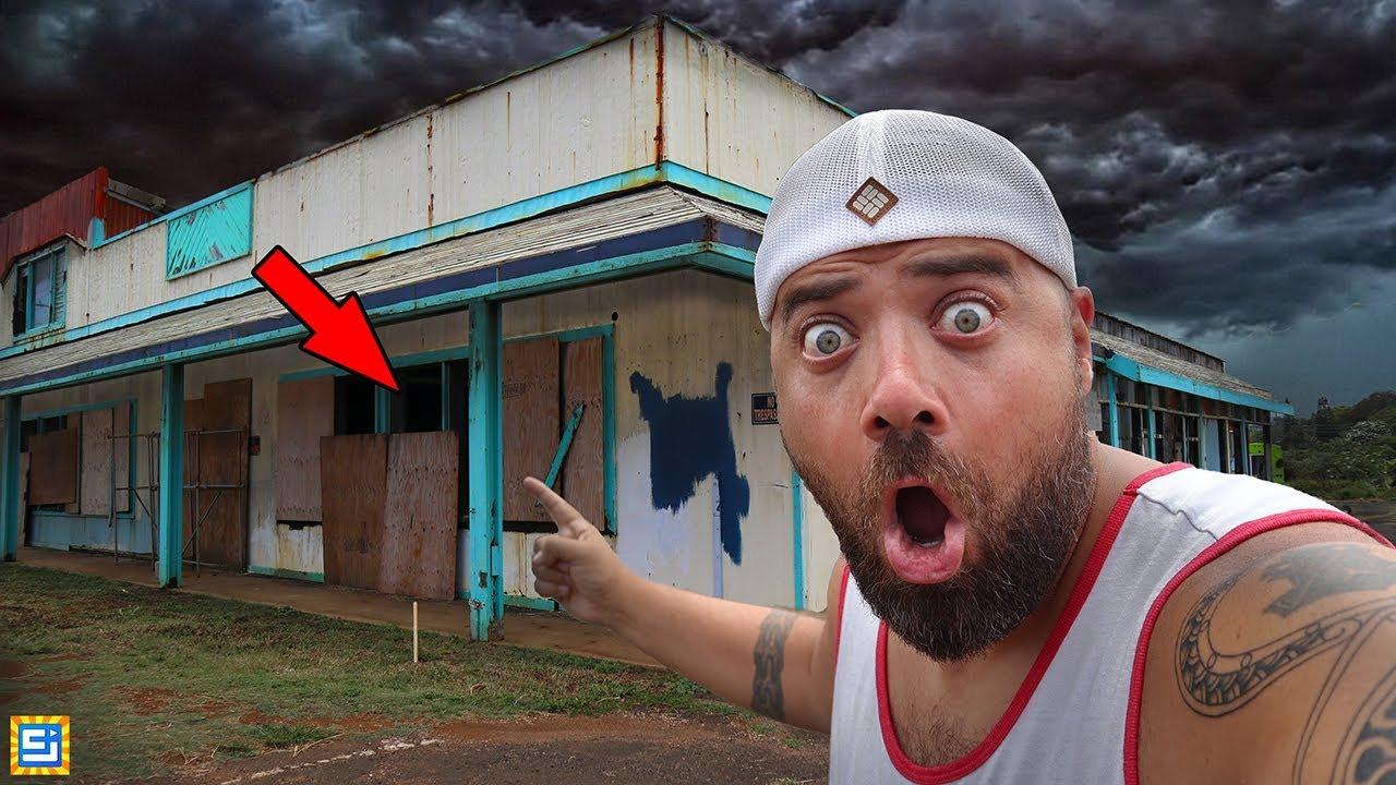 Exploring Secret Spooky Abandoned Buildings in Hawaii!! (WHAT'S INSIDE??)
