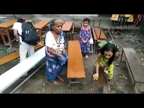স্কুল খোলার আনন্দে শ্রেণি কক্ষ পরিস্কার করছে ক্ষুদে শিক্ষার্থীরা