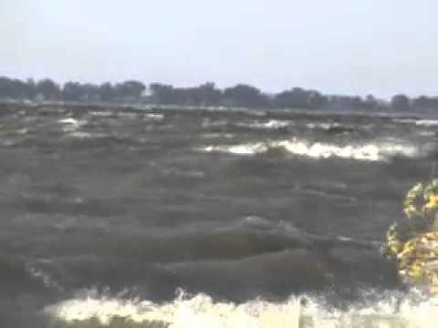 Spirit lake iowa no fishing today huge waves whitecaps for Lake okoboji fishing