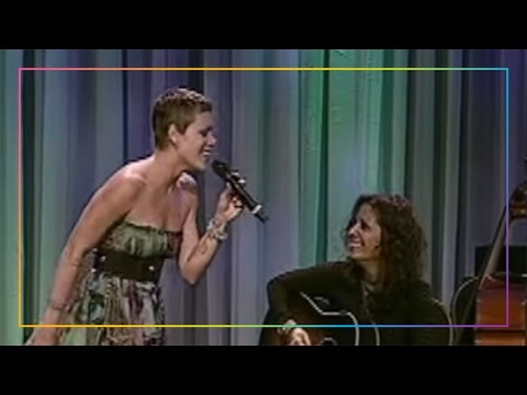 "Surprise live performance by Pink and Linda Perry of ""What's Up?"""