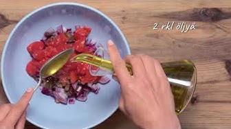 Strozzapreti, lisukkeena marinoidut kokonaiset kuoritut tomaatit, oliivit ja suolainen ricottajuusto