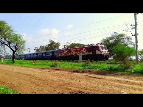 22944 INDB-PUNE EXPRESS RUNNING ON TIME ENTERS UJJAIN TERRITORY SMOOTHLY
