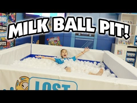 LOST KITTIES BALL PIT!!! Watermelon Smash, Shopkins, Kinetic Sand, Fingerlings! CLAMOUR 2018