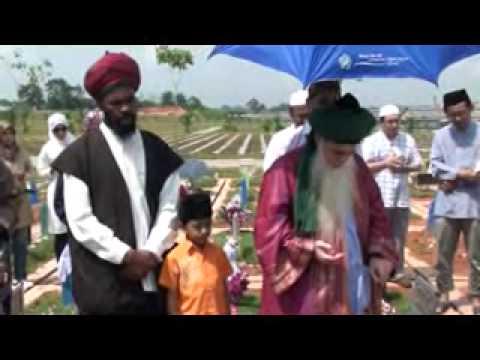 Visiting the Grave of Shaykh Zakariyya Bagharib in Singapore