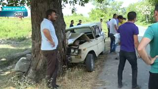 Shekide Avtomobil Agaca Chirpildi, Surucu Yaralandi