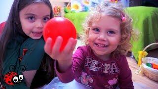 Ne Jucam impreuna cu Melissa!Bilute Colorate ascunse prin toata Casa   Invatam Culorile