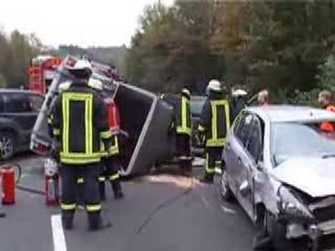 01.07.2016: Schwerer Unfall mit Pferdetransporter in Plaaz - 4 ...