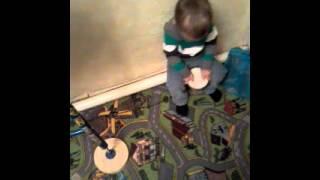 маленький мальчик играет на барабане смотреть всем он старался