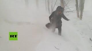 Una poderosa tormenta proveniente de la isla japonesa de Hokkaido h...