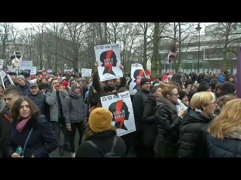 حظر الإجهاض في بولندا على الطاولة مجدداً وحقوقيون يدعون للتضامن …