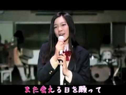 マイクで歌う佐倉絵麻