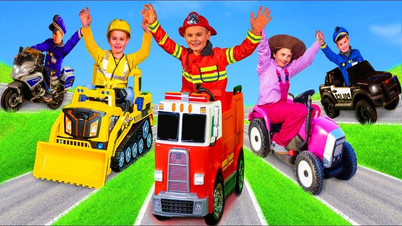 As crianças aprendem e jogam profissões com carros de bombeiros, escavadeiras e brinquedos