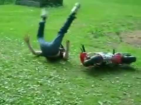 Video Caidas Graciosas - Chico se Cae en una Motocicleta Pequeña