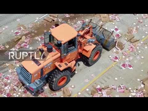 USA: Pizzas fly - big rig spills cheesy load over Little Rock highway