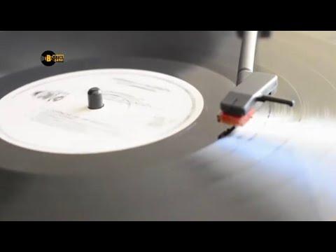 Zeki Müren - Bir Yangının Külünü (Gönül Penceresinden Ansızın Bakıp Geçtin) [Official Audio]