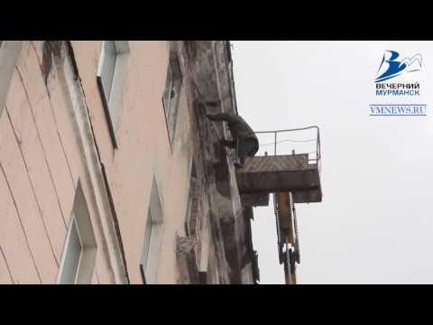 В Мурманске на женщину обрушилась подкарнизная плита дома
